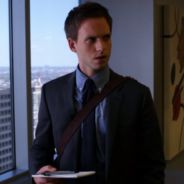 Bruine tas Mike Ross in de serie Suits