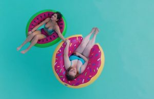 Grote opblaasbare donut zwemband in Dumplin' (2018)