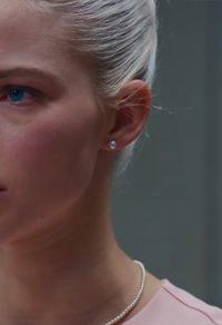 Parel oorknoppen Sasha Luss in Anna (2019)